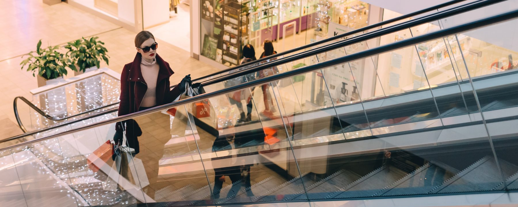 kvinde på rulletrappe - kunderejse