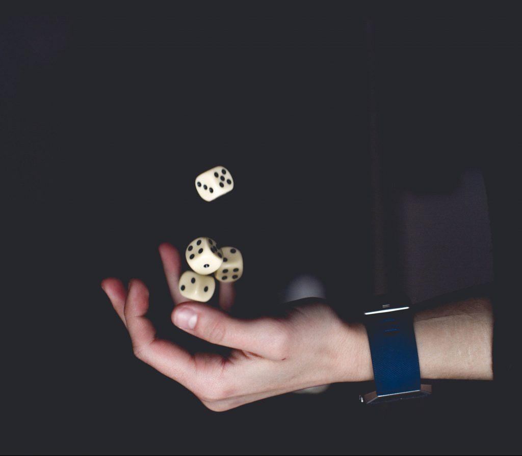 Gamification-workshop-play-innovationlab-hand-black-cubes